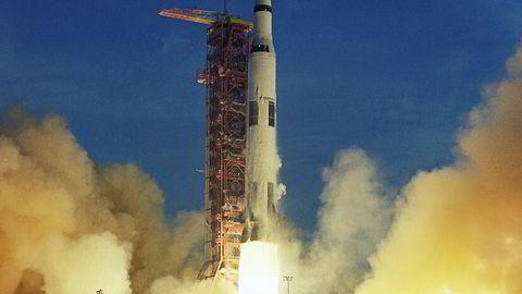 Kapasiteten i en smarttelefon kan dirigere 120 millioner Apollo-raketter samtidig, skriver artikkelforfatteren. Her blir romfartøyet Apollo 8 skutt opp med en Saturn V-rakett, 21. desember 1968. Apollo 8 var den første bemannede romferden til å gå i bane rundt månen.