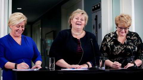 Den blågrønne regjeringen vil vurdere ytterligere innstramninger i adgangen til å yte forbrukslån. Partilederne Erna Solberg (H) (midten), Siv Jensen (Frp) (til venstre) og Trine Skei Grande (V) på Hotel Jeløy Radio etter at Venstre har besluttet at de vil gå inn i regjering med Høyre og Frp.