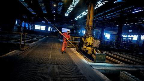 Norsk PMI, som måler for aktiviteten i industrien, falt fra 54,8 i mars til 54,7 i april, opplyser Norsk Forbund for Innkjøp og Logistikk (Nima) i en melding mandag. På bildet er Norsk Hydros smelteverk i Årdal.
