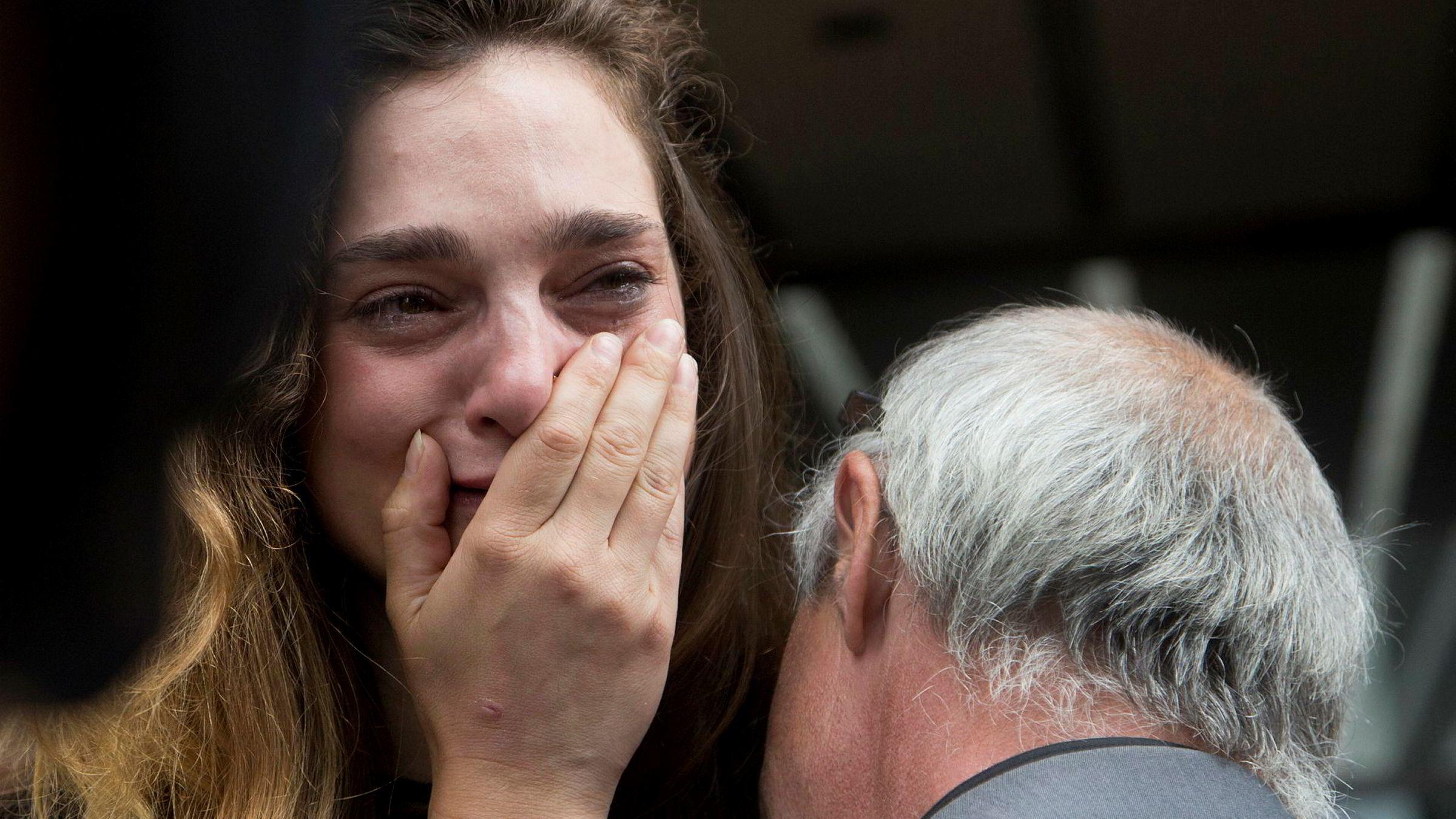 New York Daily News-journalist Chelsia Rose Marcius gråter mens hun får en klem av fotograf Todd Maisel etter at begge fikk sparken mandag.