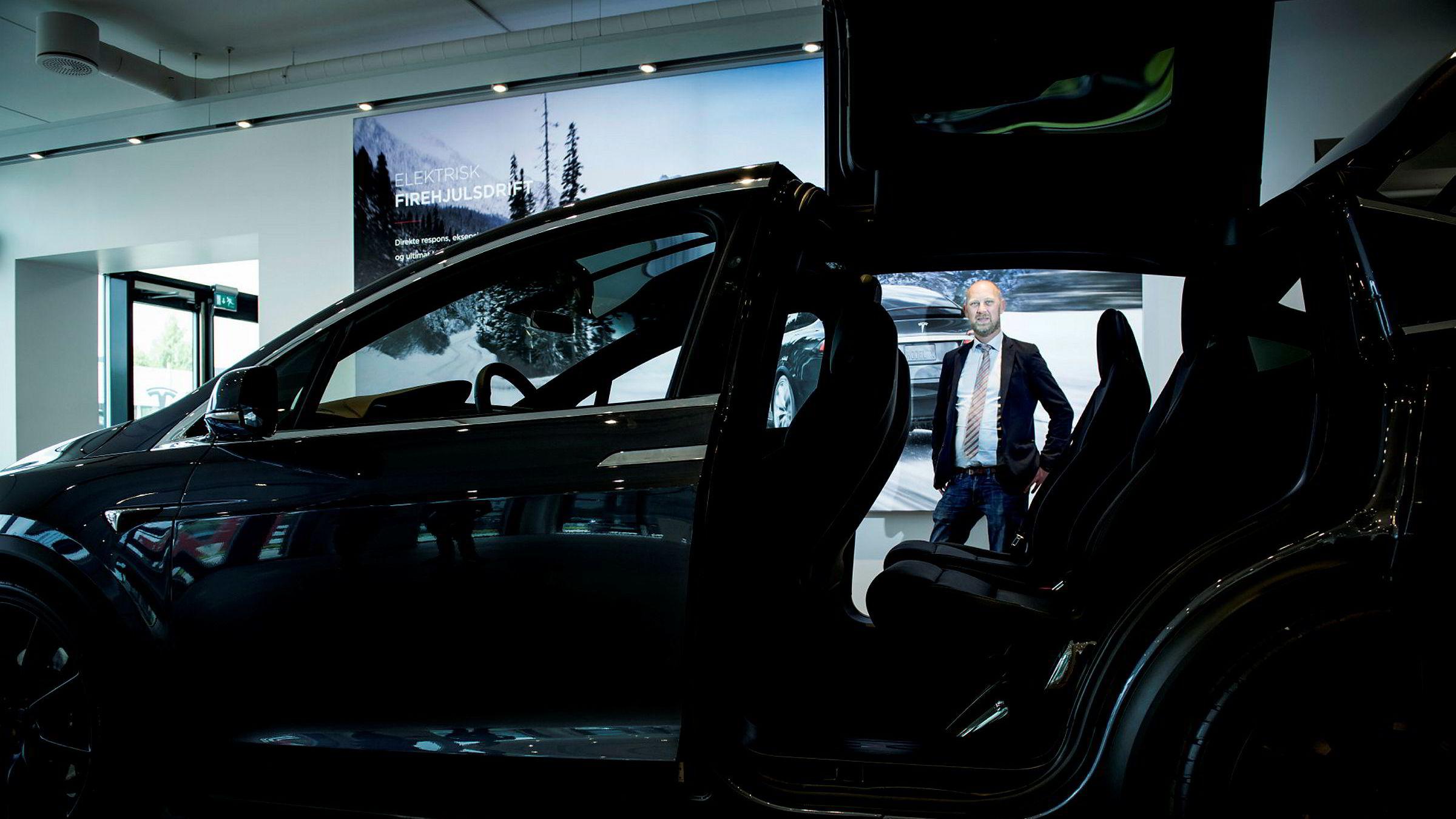 Pål Simonsen slutter etter fire år som sjef i Tesla. Her fotografert på Teslas salg og serviceanlegg på Rud i Bærum. Siden sommeren 2014, da Simonsen startet i Tesla, er det registrert over 20.000 biler fra merket i Norge.