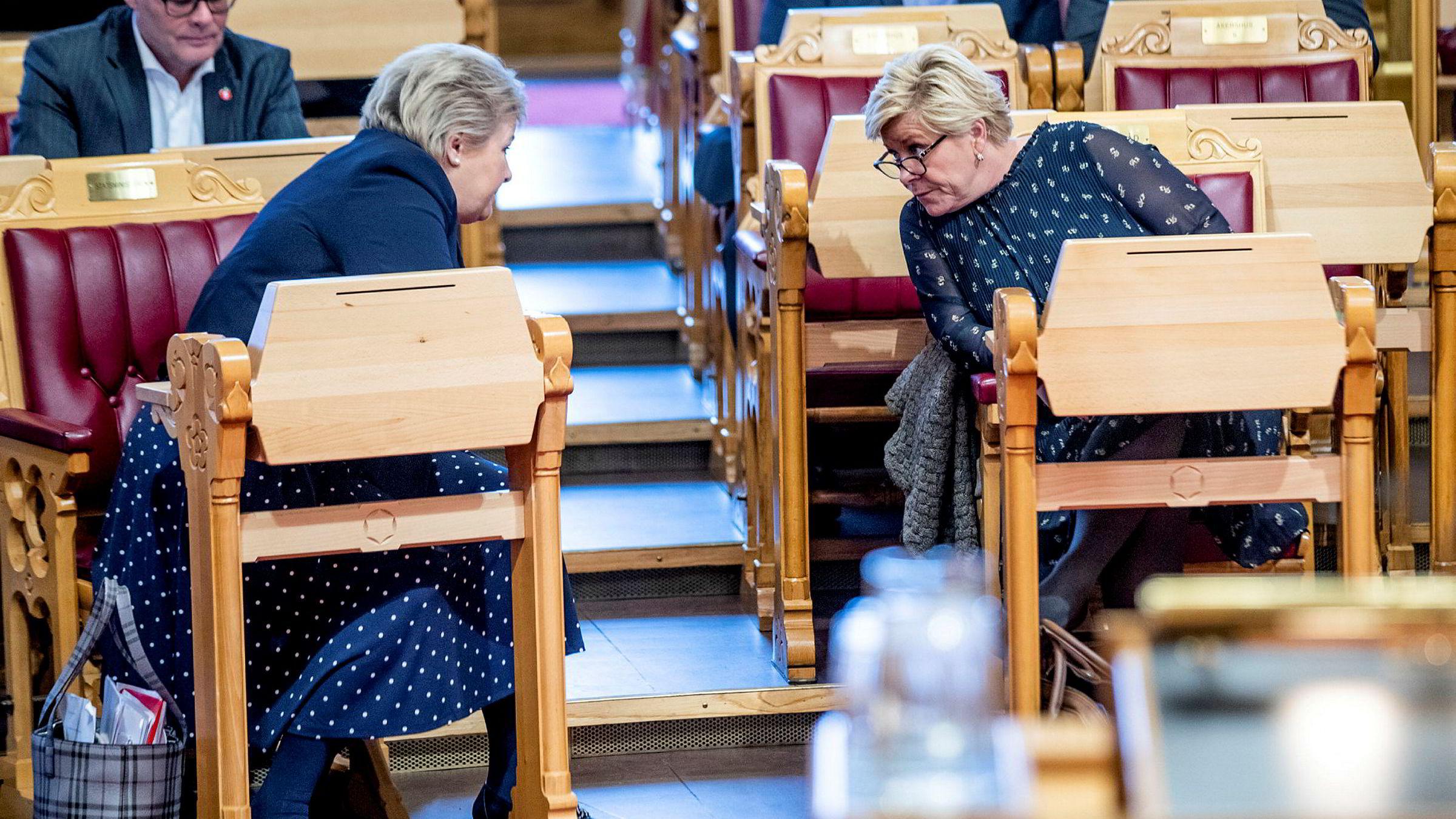 Erna Solberg og Siv Jensen har snakket mye om saken internt i regjering. Her er de to under finansdebatten i Stortinget i november.
