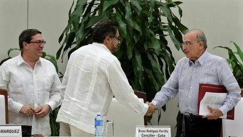 Farcs forhandlingsleder Ivan Marquez (i midten) og regjeringens forhandlingsleder Humberto de La Calle etter at de har signert en ny fredsavtale. Til høyre i bildet er Cubas utenriksminister Bruno Rodriguez.