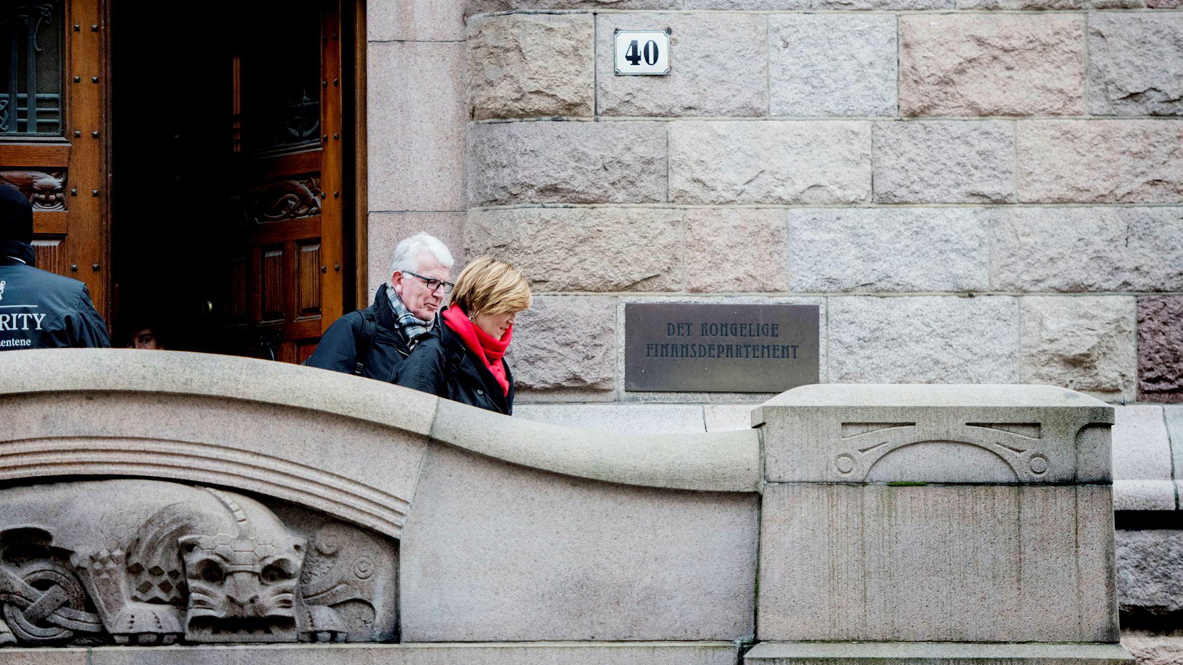 SSB-sjef Christine Meyer forhandler i helgen om en sluttpakke og ifølge hennes advokat Dag Steinfeld er partene nær ved å slutte en avtale. Her er de to på vei ut av Finansdepartementet på fredag.