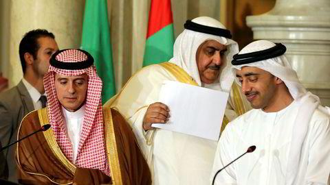 Utenriksministerne fra Saudi-Arabia (venstre), De forente arabiske emirater og Bahrain snakker på pressekonferansen etter å ha diskutert den diplomatiske situasjonen med Qatar.