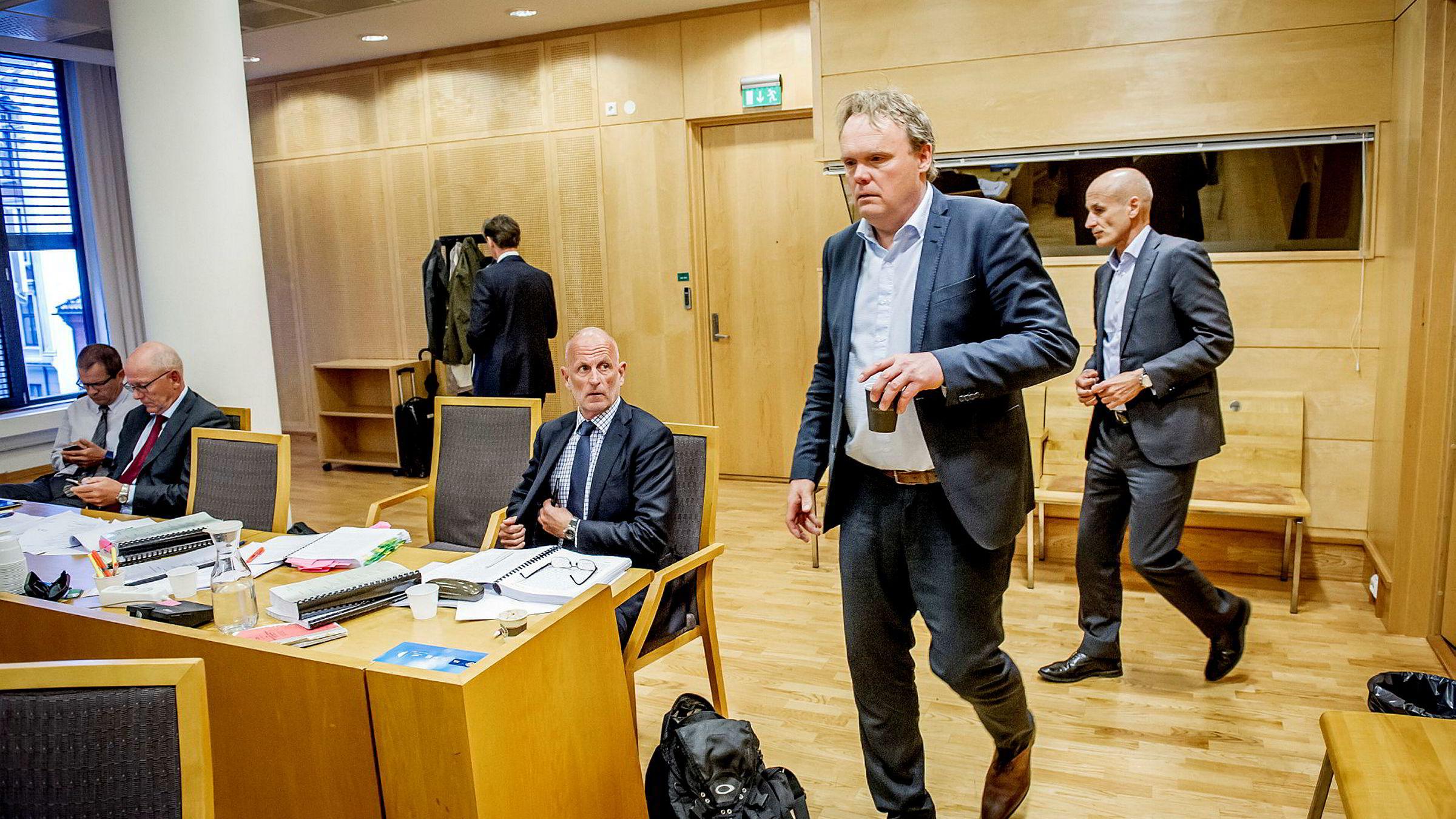 Gründer og investeringsdirektør Peter Chester Warren (i midten), tidligere administrerende direktør Øyvind Tvilde (foran), tidligere styreleder Christian Wahl (til høyre) og advokat Jens Brede (med rødt slips) møtte denne uken i Oslo tingrett.