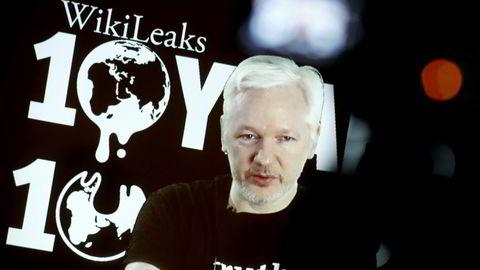 Julian Assange sitter foreløpig trygt i Ecuadors ambassade i London. Her på videolink fra ambassaden under Wikileaks' tiårsjubileum i Berlin ifjor.