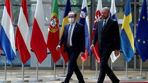 Kosovos statsminister Abdullah Hoti (t.v.) bekreftet at han er smittet av koronaviruset, men at han ikke har noen klare symptomer. Bildet er fra et EU-møte i juni.