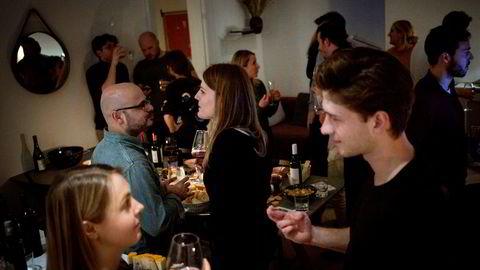Folksomt og høy stemning på vinsmakingskveld i en av leilighetene på LifeX i Vester Voldgade i København.