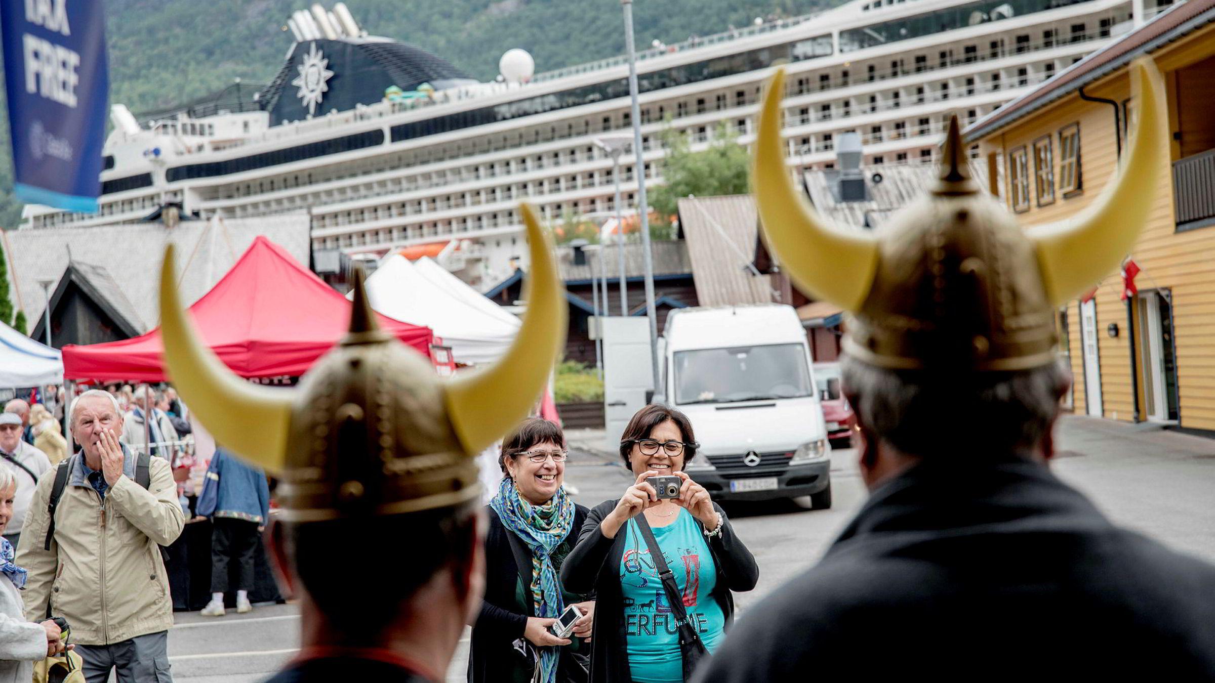 Cruiseturister fotograferer hverandre med vikinghjelm. ---