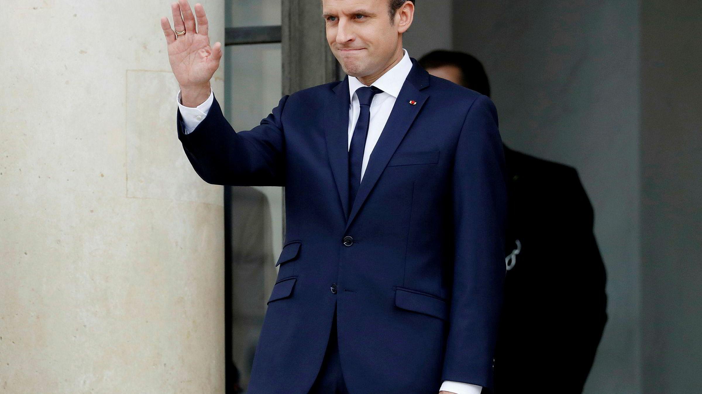 Frankrikes president Emmanuel Macron får hjelp med sminken før offentlige opptredener. Det har sin pris.