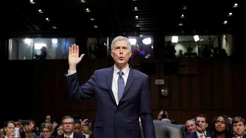 President Donald Trump vil ha Neil Gorsuch som ny dommer i høyesterett, og denne uka må han svare for seg under en høring i Senatet.
