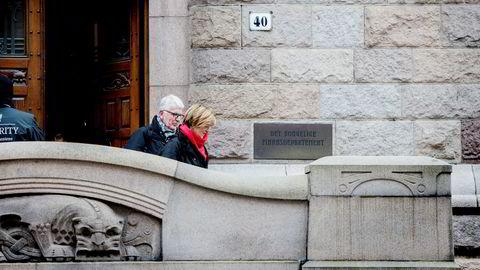 SSB-sjef Christine Meyer forhandler i helgen om en sluttpakke og ifølge hennes advokat Dag Steinfeld er partene nær ved å slutte en avtale. Her er de to på vei ut av Finansdepartementet på fredag