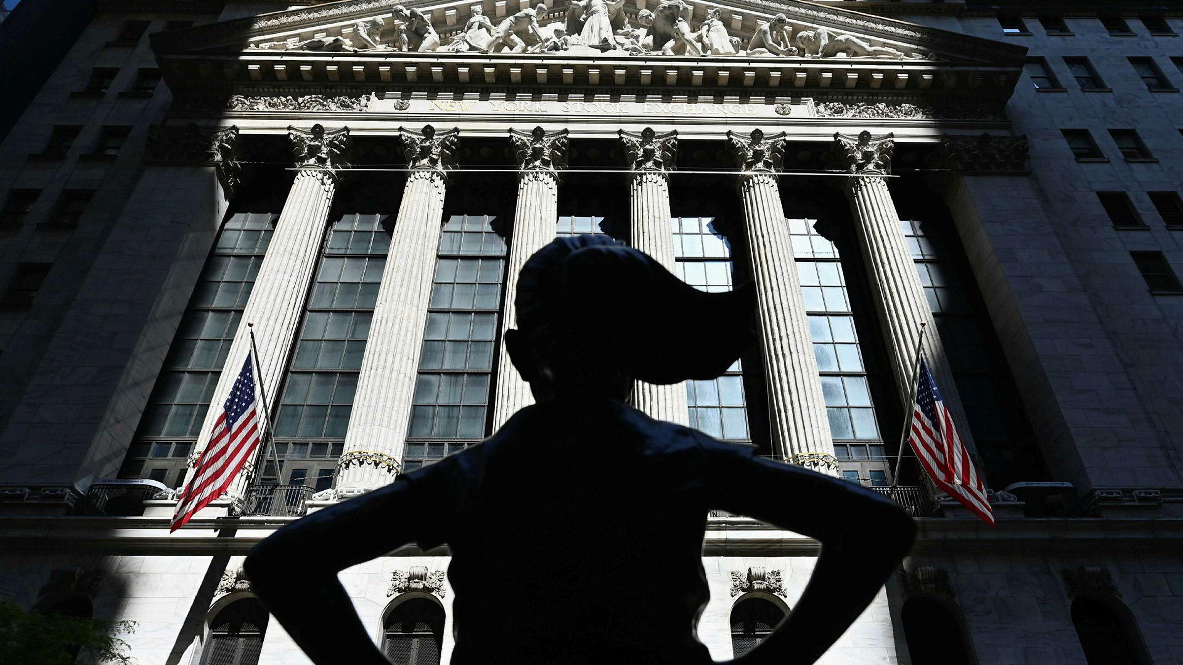 Wall Street har vært på et to måneder langt rally siden korona traff aksjemarkedene. Avbildet er «The Fearless Girl» utenfor New York-børsen.