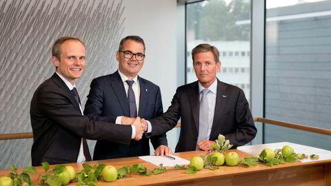 Hydro kjøper Orklas eierandel i Sapa. Signering på Hydros hovedkontor i dag tidlig. Fra venstre Egil Hogna (Sapa), Svein Richard Brandtzæg (Hydro) og Peter A. Ruzicka (Orkla).