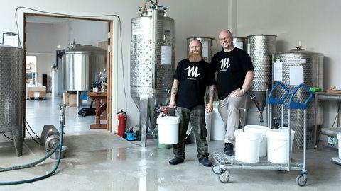 Gammel metode. Stian Krog (til høyre) og Benjamin Ellingsen Løndal lager flere ulike typer mjød i Mjøderiet i Ytre Arna.