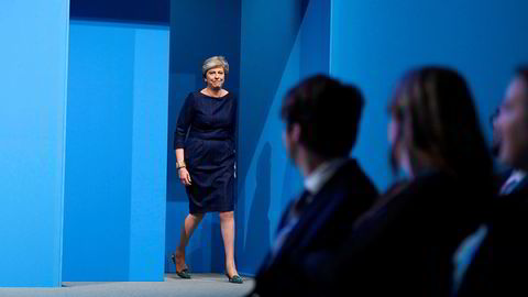 Her går statsminister Theresa May inn på scenen for sin tale under landsmøtet til det konservative partiet onsdag. Mest oppmerksomhet fikk hennes stemmeproblemer og en komiker som snek seg inn og ga henne en avskjedssøknad hun kunne bruke selv.