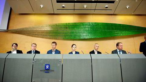 Scheel utvalget overleverer sin rapport på Finansdepartementet. (T.v) Peter Birch Sørensen, Joachim M. Bjerke, Aleksander Grydeland, Annette Alstadsæter, Guttorm Schjelderup og Hans Henrik Scheel.