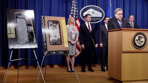 USAs justisminister William Barr (til høyre) og FBI-direktør David Bowdich (i midten) ønsker at Apple skal installere en bakdør på Iphone, som kan åpnes med en rettsordre. Apple nekter. En massedrapsmann forsøkte å ødelegge Iphonen før han ble skutt og drept i desember i fjor.