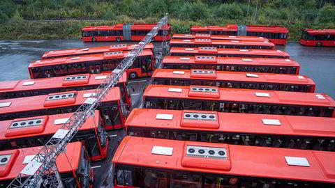 Unibuss sine buser står parkert på Rosenholm i Oslo.