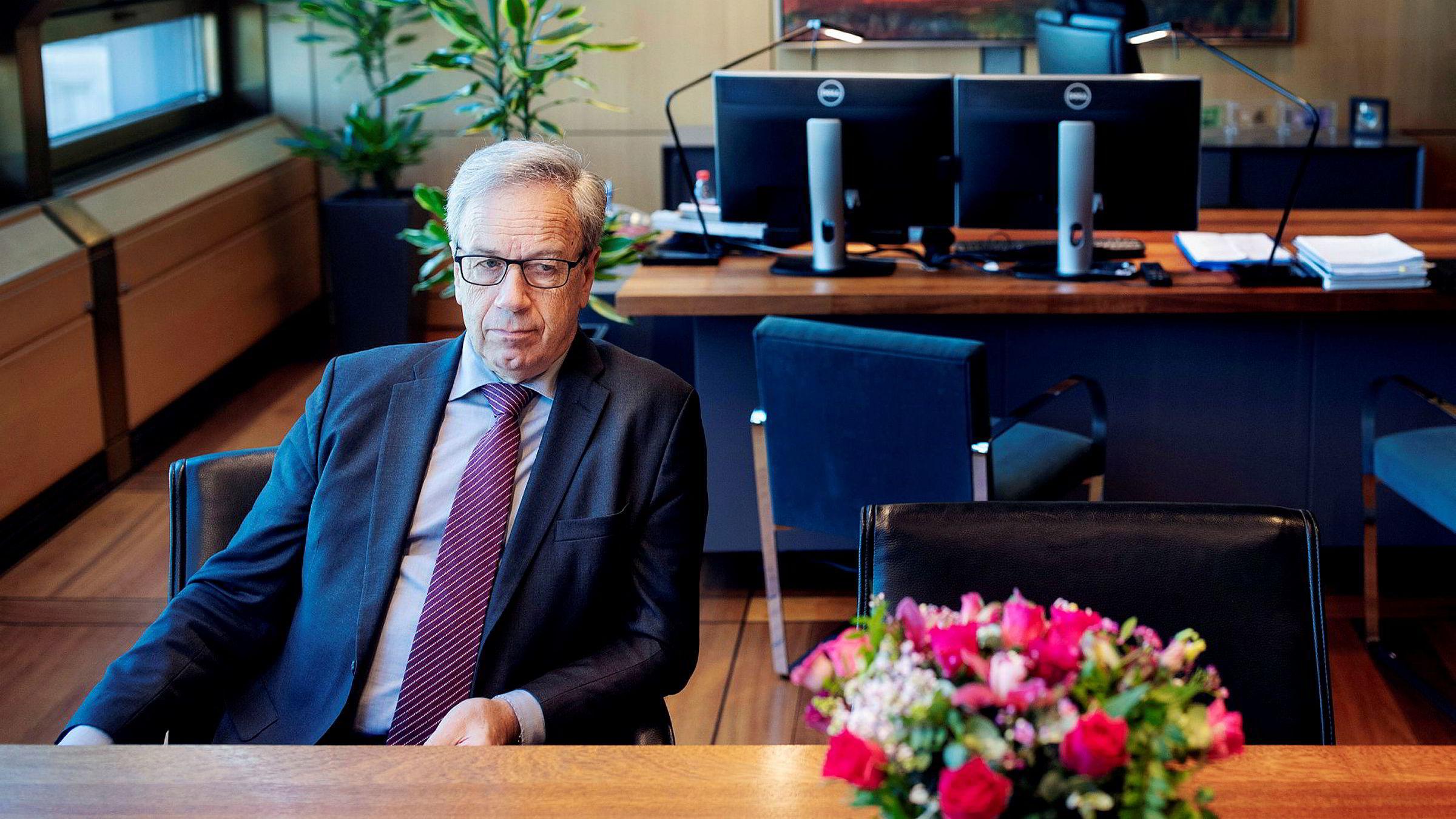 Sentralbanksjef Øystein Olsen mener det er et tankekors at handelsunderskuddet har økt såpass mye i en periode hvor kronekursen har vært svekket.