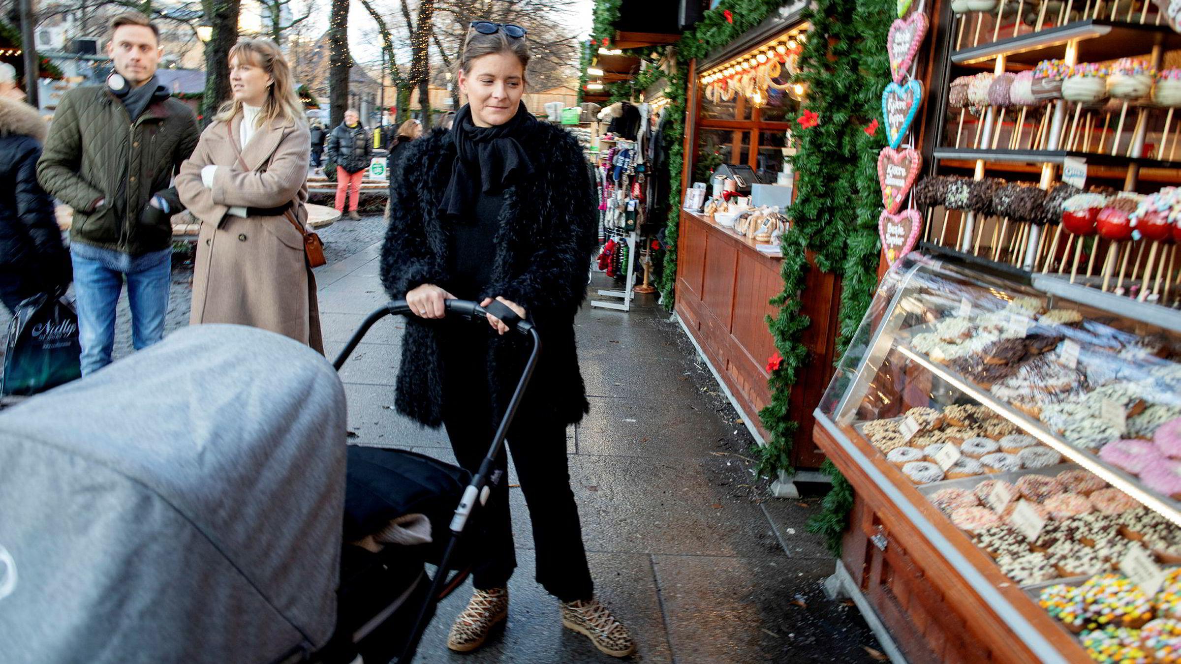 – Det er begrenset hvor mye man trenger egentlig, sier Thea Hellstenius. Hun er i fødselspermisjon og er på julemarked på Karl Johan med datteren Louise.