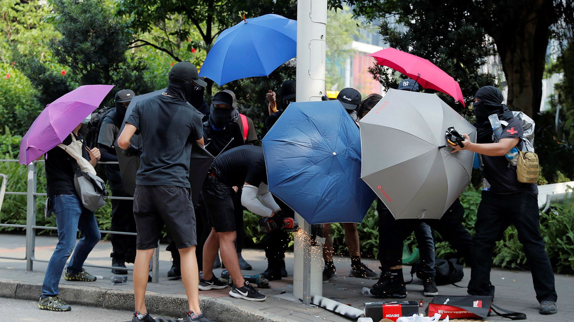 Hongkong 24. august i fjor: En gruppe demonstranter med oppslåtte paraplyer og skjerf foran ansiktet er i ferd med å velte en lysstolpe og åpne den med en sag. Det ser ut som hærverk, men er en disseksjon av byens overvåkning: Hvilke sensorer finnes i stolpen? Har den kameraer?