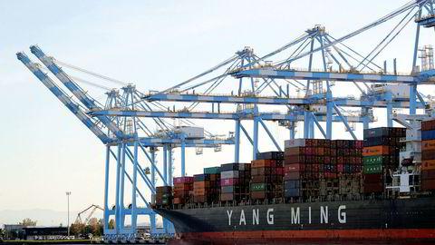 Et containerskip fra Yang Ming Marine Transport Corporation leverer varer fra Kina i havnebyen Tacoma i delstaten Washington på nordvestkysten av USA.