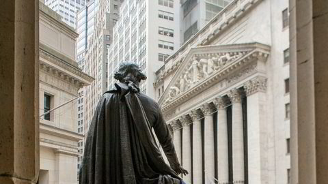 Baksiden av statuen av George Washington der den skuer utover Wall Street fra Federal Hall.