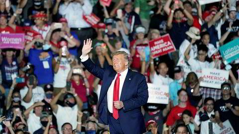 Flere tusener møtte frem for å høre og se president Donald Trump i Sanford i Florida mandag kveld.