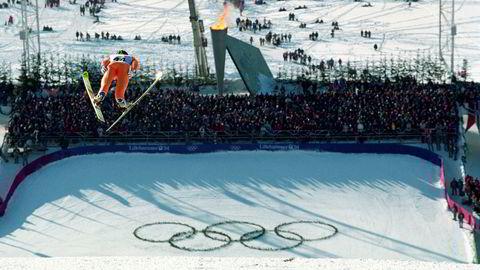 Politikere på Stortinget er kjølige til en ny OL-kamp. På bildet svever Jens Weissflog ned til seier i stor bakke på Lillehammer i 1994.