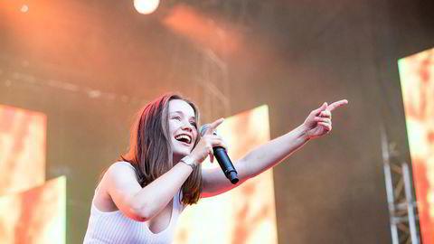 Sigrid var et av hovedtrekkplastrene på Øyafestivalen 2019.