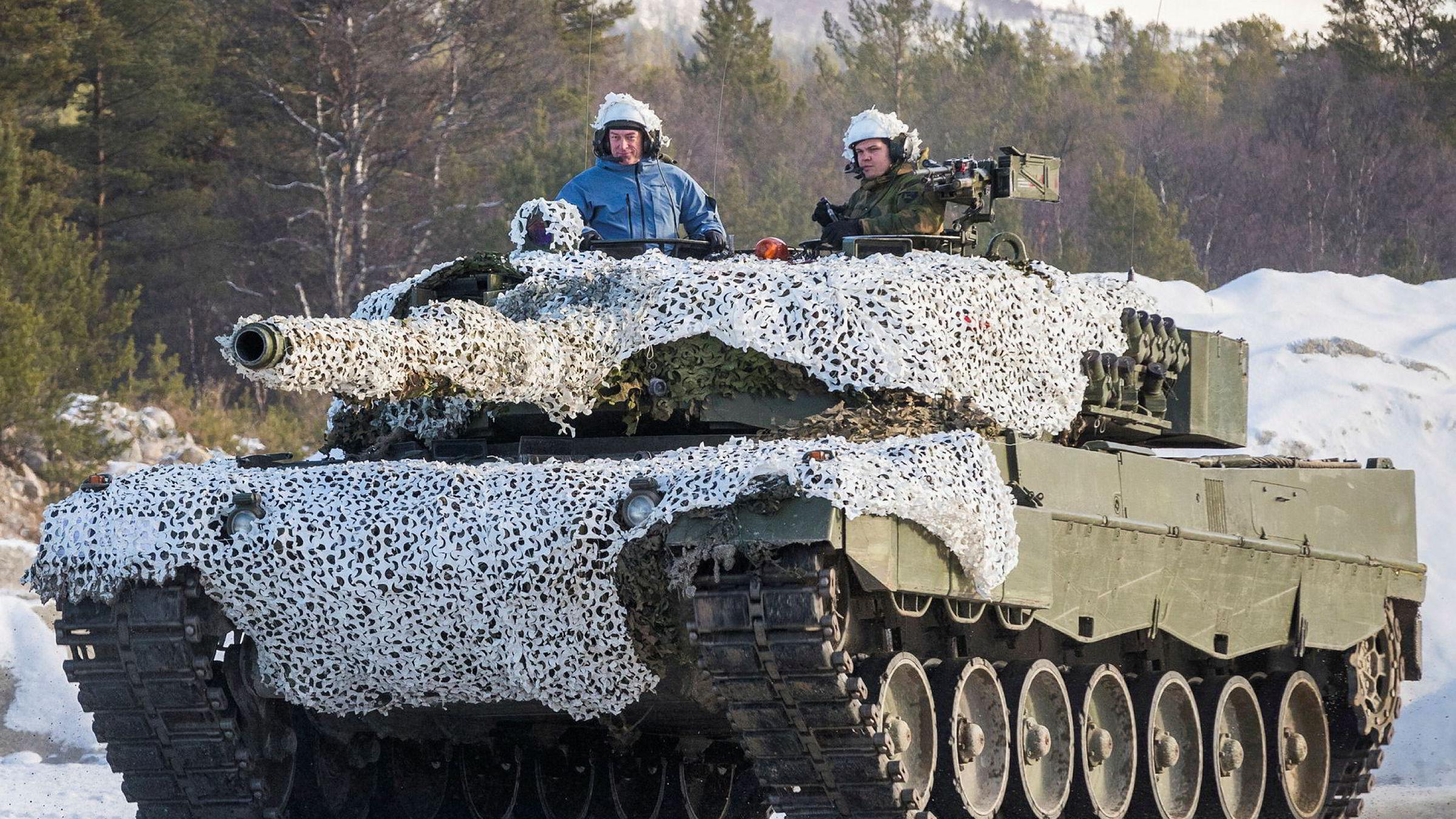 Forsvarsminister Frank Bakke-Jensen (H) fikk sitte på i en Leopard 2 stridsvogn da han besøkte Brigade Nord og Panserbataljonen i forbindelse med militærøvelsen Trident Juncture høsten 2018. Det er mer å hente på effektiv ressursbruk, mener artikkelforfatteren.