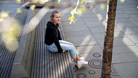 Studenten Line Vestneshagen er blitt permittert fra deltidsjobben på Cubus. Nye tall viser at unge mellom 20 og 24 år som jobber i handelsnæringen er blant dem som er hardest rammet av permitteringene.