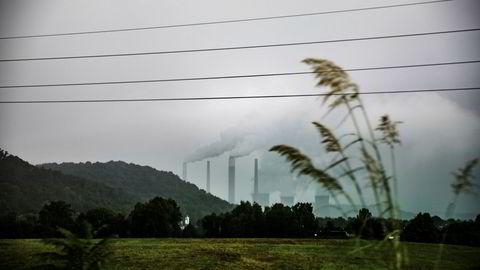 De som vil eie aksjer i kullkraftverk og -gruver, ser ut til å tjene mer. Karbonintensive prosjekter krever dermed høyere avkastning, og det blir færre av dem som lønner seg. Her kullkraftverk i Vest-Virginia i USA.