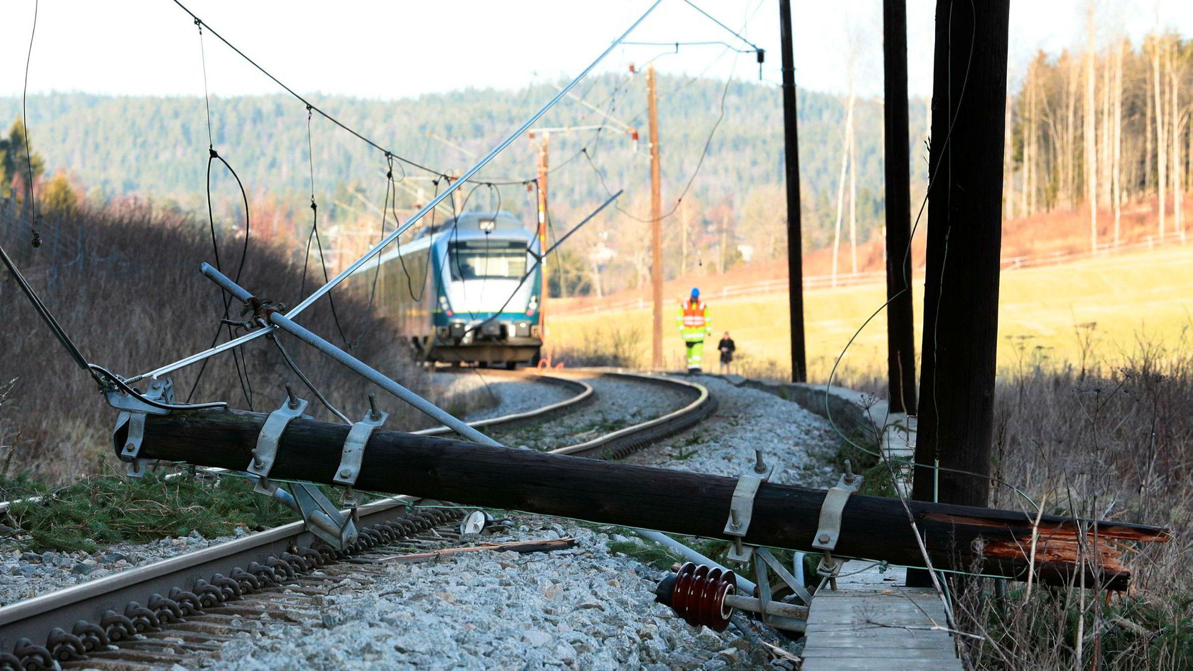 Kjøreledningen er for lav for toetasjes tog. Selv uten at ledningene har falt ned, slik som her på dette bildet fra Østfold i 2013.