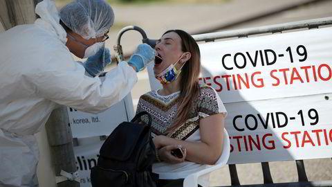 Den kinesiske ambassaden i Kasakhstan kom på torsdag med en advarsel om «ukjent lungebetennelse» i landet. Det er bekreftet koronasmitte hos over 50.000 mennesker i landet og en ny smittebølge er underveis. Her fra storbyen Almaty, hvor en kvinne testes.