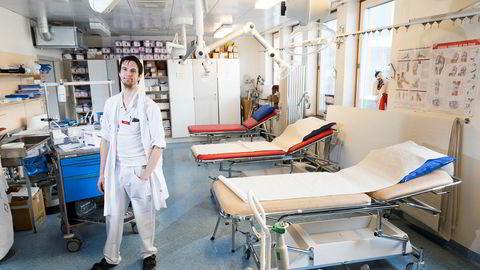 Ortoped Max Gordon, her på gipsestuen på den ortopediske avdelingen på Danderyds sykehus, har hjelp som aldri går tom for krefter og kan jobbe på ubekvemme tider.