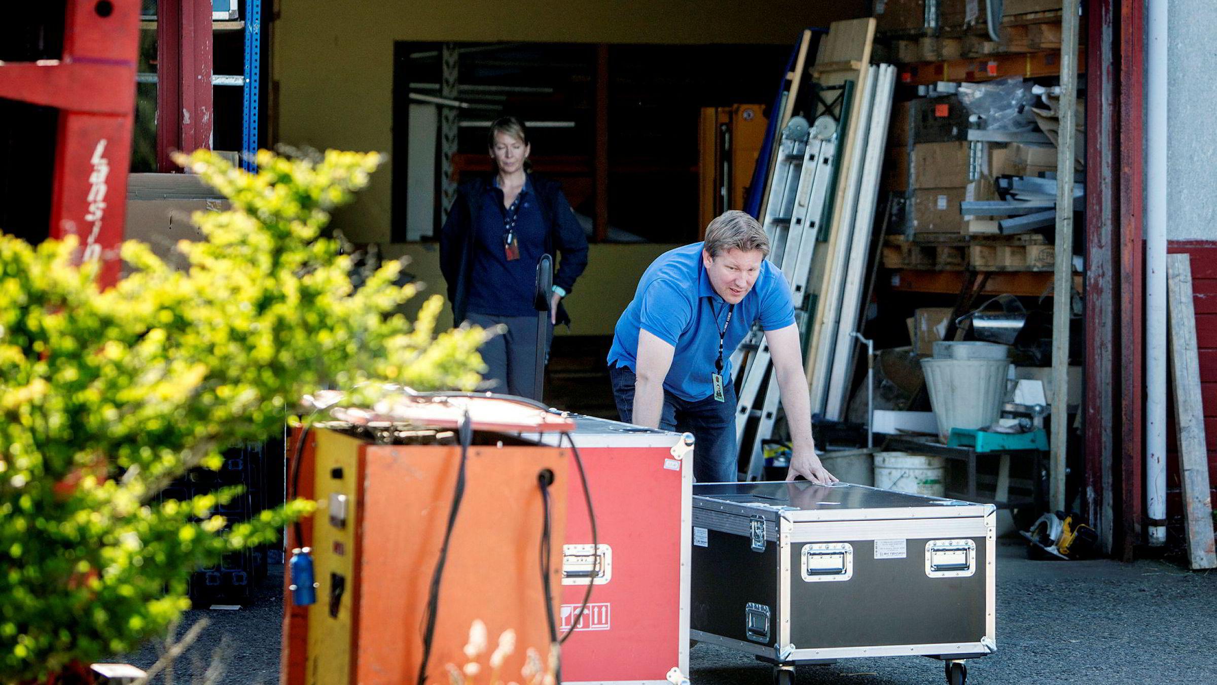 Sivilkledd politi, her ved politiinspektør Frode Karlsen, gjorde torsdag ettermiddag undersøkelser i et næringslokale utenfor Bergen, tilknyttet den siktede TV 2-ansatte. Der beslagla politiet store mengder utstyr.