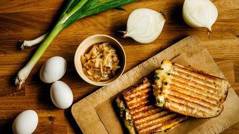 Egg–sandwich. Med karamellisert løk, vårløk og egg