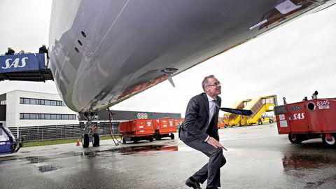 SAS-sjef Rickard Gustafson sjekker ut selskapets nye langdistansefly Airbus A350 fra alle vinkler når han ser det for første gang på Kastrup-flyplassen i København. Han mener bransjen må gjøre mer for å betale klimaavtrykket, men synes det er greit å reise like mye.