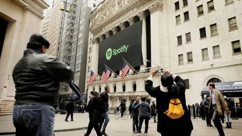 Spotify-banneret hang tydelig utenfor New York-børsen tirsdag, før børsnoteringen.