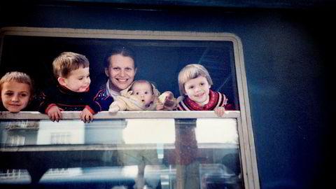 Jeg fikk fire barn på seks år, to av dem var såkalte «Irish twins», det vil si bare 1,5 år mellom. Her har min mann, Arpad Matlary som skimtes som en refleks i togvinduet, tatt bilde av oss på togstasjonen i Budapest i 1991. På reiser kombinerte vi ofte fag og familie: Legekongresser, statsviterkonferanser og nattog på andre klasse med seks senger. Fra venstre: Philip (6), Francis (2), Janne Haaland Matlary, Sophie (4 måneder) og Marie-Astrid (4).