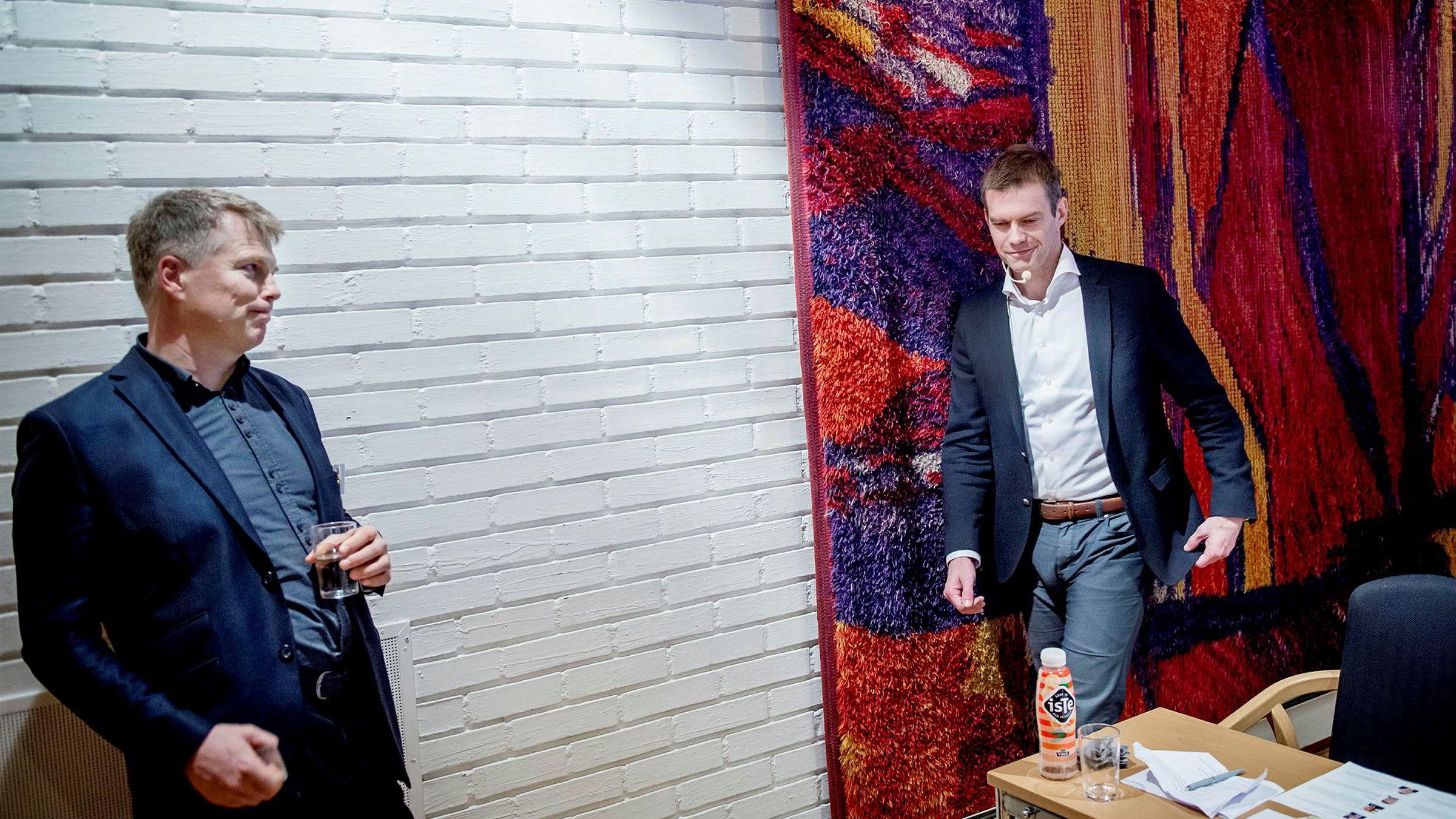 – Det er kanskje ikke en Boble, men det er kanskje en BMW eller en Tesla, sier NHH-professor Ola H. Grytten (til venstre) om de norske boligprisene under Valutaseminaret. Her med BI-professor Erling Røed Larsen.