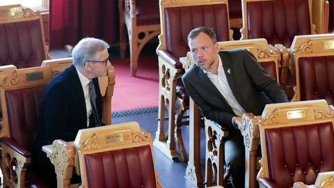 Ap-leder Jonas Gahr Støre og SV-leder Audun Lysbakken retter kritikk mot statsminister Erna Solberg og regjeringens permitteringsregler etter at Scandic-kjeden går til oppsigelser.