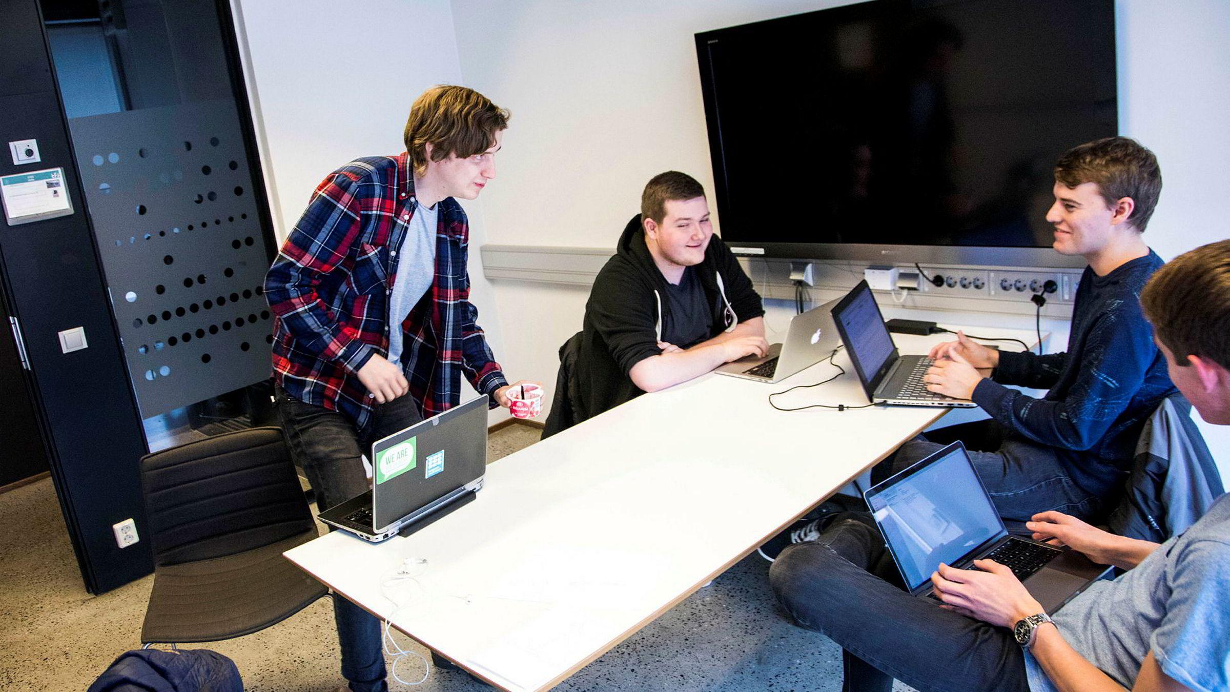 Benjamin Myrstad (fra venstre), Jonas Roppestad Olsen, Jonathan Dyhre Bjønnes og Bjørn Henrik Harr studerer design, bruk og interaksjon ved Institutt for informatikk på Universitetet i Oslo. It-studier opplever stor pågang fra søkere.