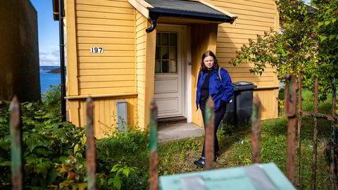Den gamle kommunale villaen med egen brygge ved Oslofjorden har stått til forfall og vært ubebodd i over to år. Anne Rita Andal i leieboerforeningen mener kommunen heller burde prioritert vedlikehold i stedet for å ta konsernbidrag fra Boligbygg.