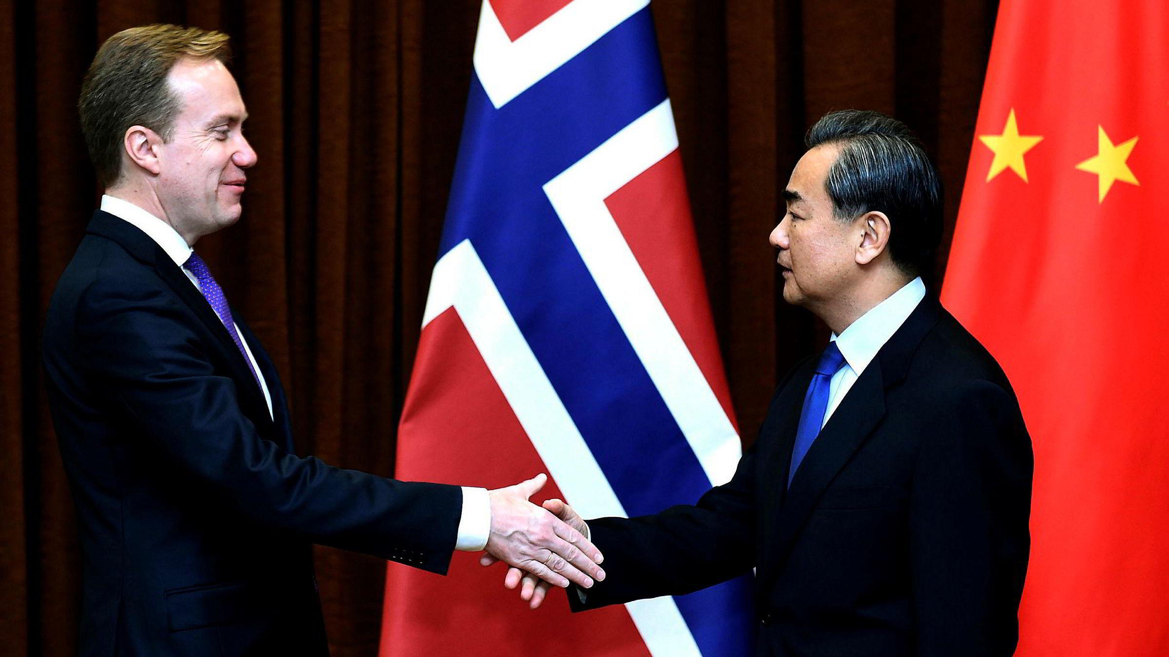 Den tvetydige og ydmyke avtalen med Kina representerer kontinuitet – og ikke et brudd. Det er, som regjeringen sier, rett og slett en normalisering, skriver artikkelforfatteren. Her møter utenriksminister Børge Brende sin kinesiske kollega Wang Yi i Beijing 19. desember i år.