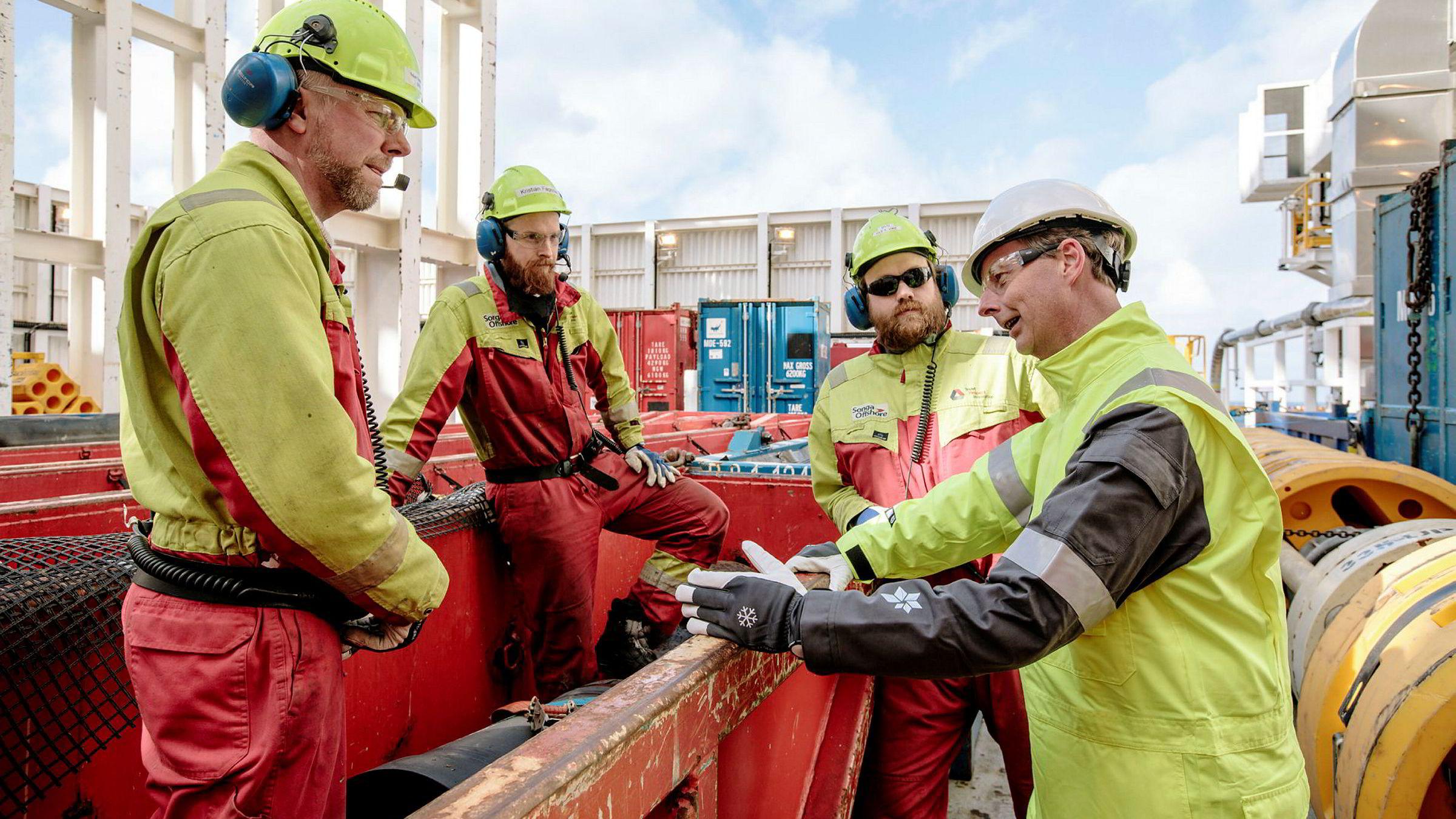 Mandag besøkte olje- og energiminister Terje Søviknes (Frp)Songa Enabler på Snøhvit-feltet hvor han hilste på Stian Smørholm (til venstre), Kristian Fagerlie og Ole Vike. Foto: Marius Fiskum