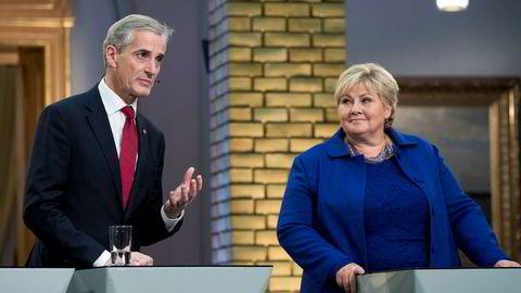 Partilederne Erna Solberg (H) og Jonas Gahr Støre (AP) i Vandrehallen under det tv-sendte partiledermøtet på Stortinget natt til tirsdag